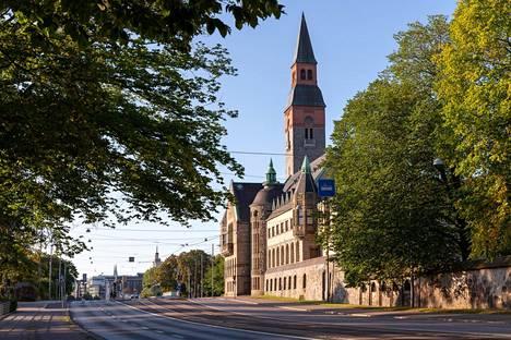 Kansallismuseon rakennus valmistui 1910. Sen suunnittelivat arkkitehdit Herman Gesellius, Armas Lindgren ja Eliel Saarinen. Museo avattiin 1916.