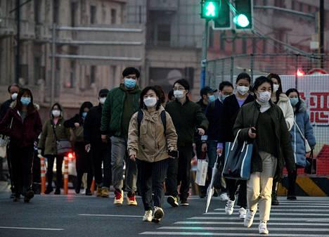 Hengityssuojaimien kysyntä ovat rajua, vaikka terveysviranomaisten mukaan terveet ihmiset eivät tarvitse niitä esimerkiksi kaduilla kävellessään.