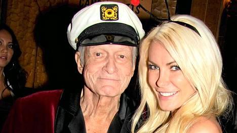 Hugh Hefner nuoren vaimonsa Crystalin kanssa.