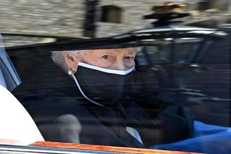 Kuningatar Elisabet saapui Pyhän Yrjön kappeliin autokyydillä.