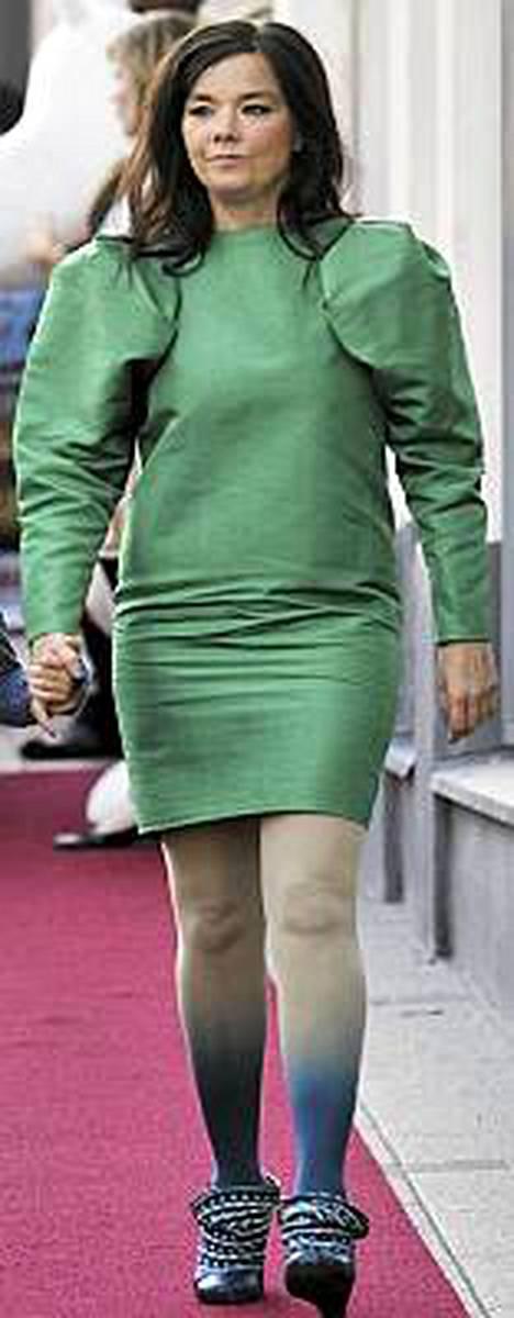 Björkin kulkua Helsingissä punaisella matolla.