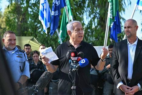 Pääministeri Benjamin Netanjahu vieraili väkivallan koettelemassa Lodissa torstaina.