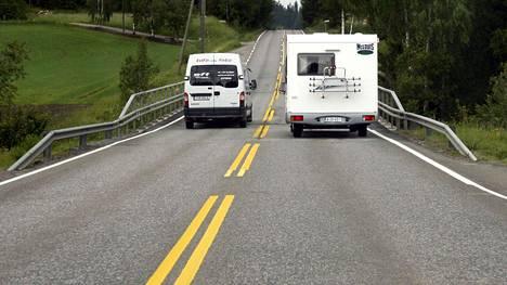 Auttaisiko autoilijoita jo nyt se, että keltaiset tiemerkinnät olisivat valkoisia?
