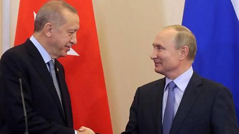 Turkin presidentti Recep Tayyip Erdogan ja Venäjän presidentti Vladimir Putin arkistokuvassa.