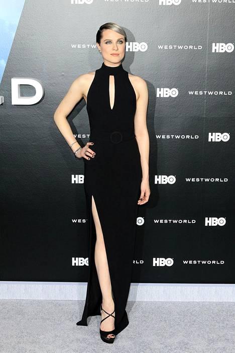 Näyttelijäkaunotar poseerasi Westworld-sarjan ensi-illassa upeassa halkiomekossa.