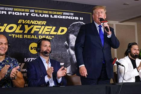 Donald Trump kommentoi nyrkkeilyiltaa yhdessä poikansa Donald Trump juniorin kanssa.