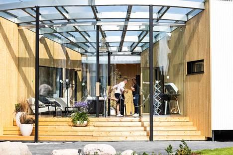 Tämä lasitettu terassi on yksi messujen tyylikkäimpiä.