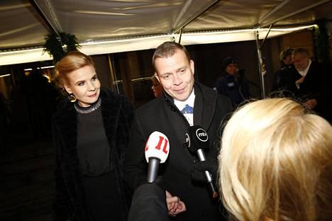 Kokoomuksen puheenjohtaja Petteri Orpo ja vaimo Niina Kanniainen-Orpo saapuivat Linnaan.