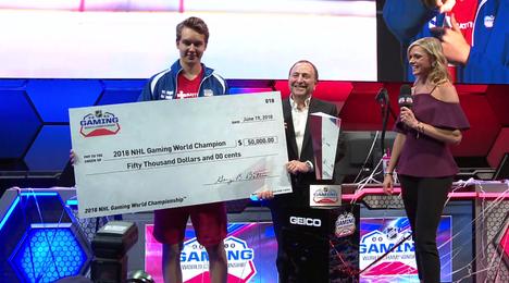 NHL-komissaari Gary Bettman luovutti Tammenpäälle 50000 dollarin sekin.