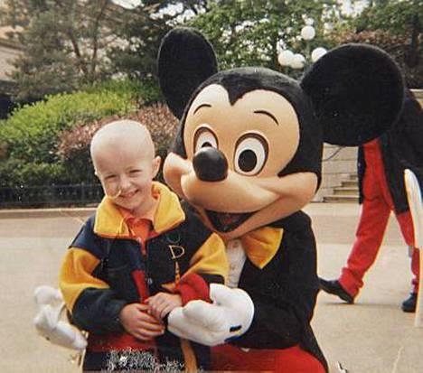 Syöpäsairas Hannah pääsi hoitojen välissä riemuitsemaan Pariisiin Euro Disney -huvipuistoon vuonna 2000.