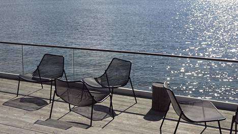 Koronaviruspandemian takia suljetun saunaravintola Löylyn terassi tyhjänä Hernesaaressa Helsingissä 14. toukokuuta 2020.