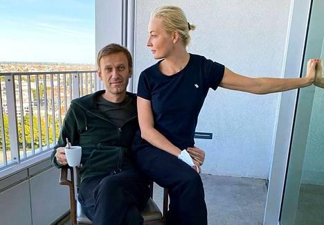 Myrkytyksestä toipuva Aleksei Navalnyi kuvattuna Julia-vaimonsa kanssa Berliinissä syyskuussa 2020.