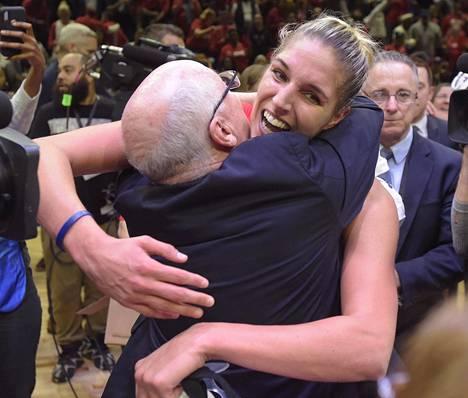 Elena Delle Donne halaamassa Washington Mysticsin päävalmentaja Mike Thibaultia voitokkaan finaaliottelun päätteeksi. Delle Donne johdatti Mysticsin 89–78 -voittoon Connecticut Sunista WNBA:n mestaruuden ratkaisseessa viidennessä finaalissa syyskuussa 2019.