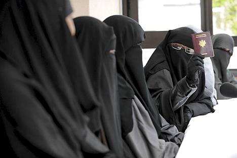 Joukko hunnutettuja naisia tapasi imaamin kanssa Pariisin lähellä viime keväänä ennen huntukiellon voimaantuloa.