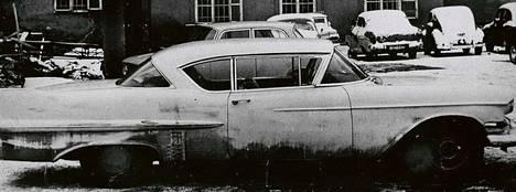 Cadillacit olivat yleisiä pakoautoja. Yksi esimerkki pakoautosta on DDR:n turvallisuuspalvelun Stasin kiinni saama ja valokuvaama vuosimallin 1957 Cadillac DeVille. Kuvat on löydetty myöhemmin Stasin arkistosta, kun pakokeino oli paljastunut.
