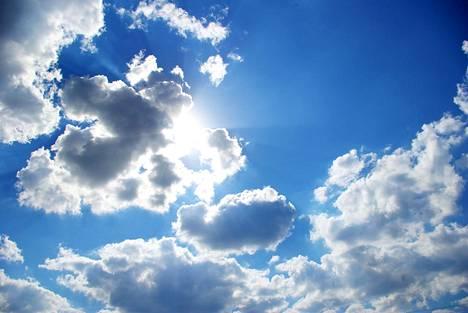 Vaikka kesästä pitää nauttia, kannattaa pitää mielessä, että auringon ultraviolettisäteily on samalla myös asia, jolta pitää suojautua.