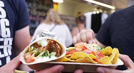 Mexican Street Kitchen Food Truckista saa Wanaja Festivaleilla tortilloja nachoilla.