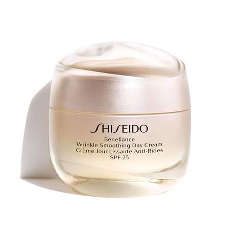 Sekaiholle sopivassa Shiseido Benefiance Wrinkle Smoothing Cream -voiteessa japanilaiset lääkekasvit yhdistyvät tieteellisiin innovaatioihin, 94,50 € / 50 ml.