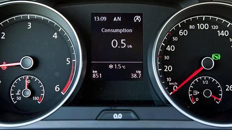 Käytetyn Golfin ajotietokone viesti useista ongelmista. Tämän kuvan Golfissa tilanne on mittariston mukaan normaali.