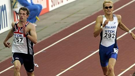 Rhys Williams (vas.) osallistui 400 metrin aitoihin Helsingin MM-kisoissa 2005. Vieressä pinkoo Suomen Ari-Pekka Lattu.