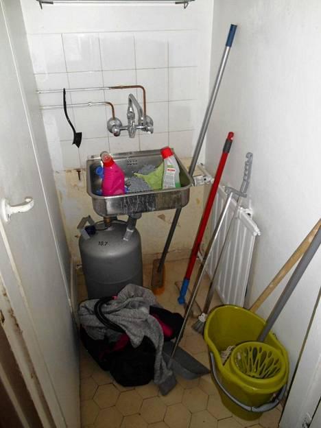 Ravintolan siivousvälineitä säilytettiin sikin henkilökunnan wc:n yhteydessä lattialla ja lavuaarissa.