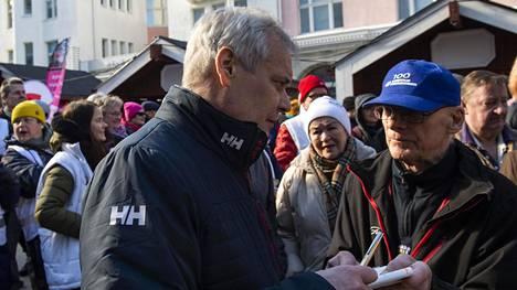 Antti Rinteen hallitus päätti korottaa kansaneläkkeen täyttä määrää 34 eurolla kuukaudessa ja takuueläkkeen täyttä määrää 50 eurolla kuukaudessa. Sosiaali- ja terveysministeriön tiedoista käy ilmi, että suurimmalla osalla eläkeläisistä korotus jäi alle 34 euron. Kuva vaalitilaisuudesta Oulusta eduskuntavaalien alta.