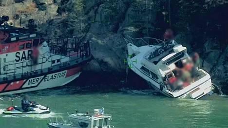 Merivartioston mukaan veneessä oli yksi henkilö, joka loukkaantui onnettomuudessa.