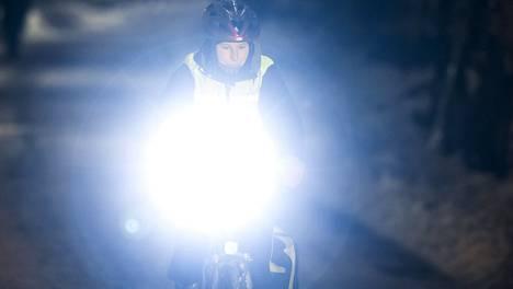 Millaista pyörävalaistusta Suomen laki edellyttää? Kuvan pyöräilijä ei liity juttuun.