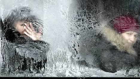 Matkustajat kurkkivat bussin ikkunasta Bukarestissa Romaniassa torstaina.