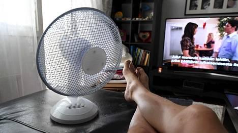 Helteellä kotona voi olla läkähdyttävän kuuma. Tuuletin voi tietyissä tapauksissa auttaa, mutta kaikissa lämpötiloissa sitäkään ei kannata käyttää.