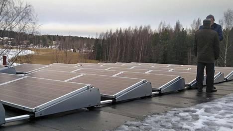 Aurinkopaneeleita joulukuun harmaana päivänä Playgreenin asennuskohteessa.