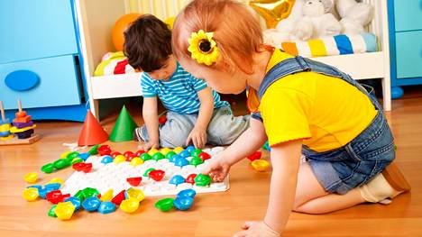 Lukijat kannustavat lapsia leikkimään mitä haluavat. Se ei silti tarkoita sitä, ettei voitaisi puhua eri sukupuolista.