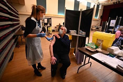 Britannia siirtyi Pfizerin rokotteessa 12 viikon annosväliin vuodenvaihteessa. Ensimmäisiä tehotuloksia odotetaan jo parin viikon päästä, mutta kolmen kuukauden annosvälin vaikutuksista saadaan tietoa aikaisintaan huhtikuun alussa.