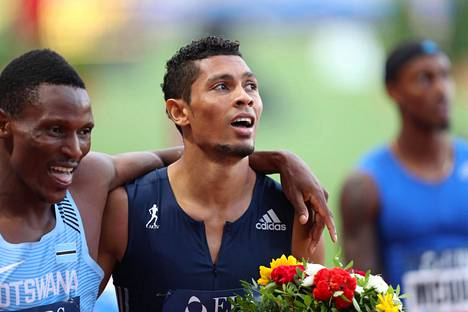 Kun kaikki oli hyvin. Isaac Makwala ja Wayde van Niekerk halailivat toisiaan Monacon Timanttiliigan kilpailun jälkeen heinäkuun lopulla.