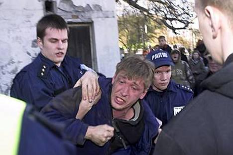 Poliisi kiistää syytökset liiallisesta tai tarpeettomasta voimankäytöstä.
