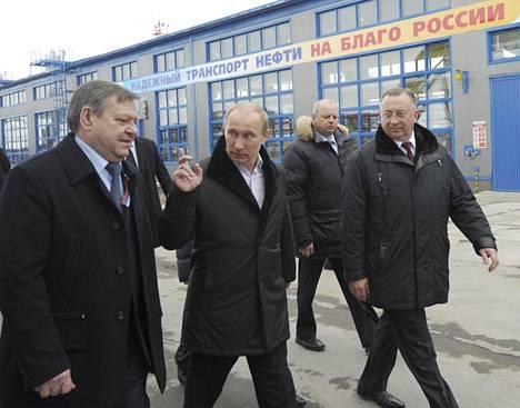 Vladimir Putin (kesk.) ja Transneftin pääjohtaja Nikolai Tokarev (oik.) vierailivat Ust-Lugan öljysatamassa lähellä Pietaria maaliskuussa 2012.