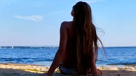 Kesällä hiuksia rasittavat muun muassa erilaiset vesiympäristöt ja auringon UV-säteily.
