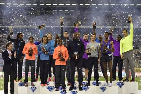 Timanttiliigan voittajat yhteiskuvassa Brysselissä päätöskilpailun jälkeen.