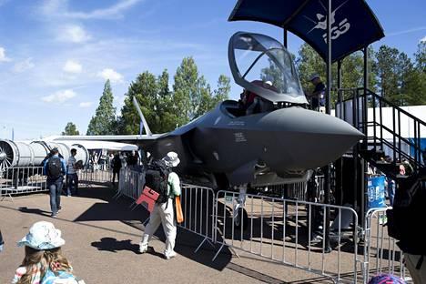 F-35:n aitoon kopioon pääsi istumaan.