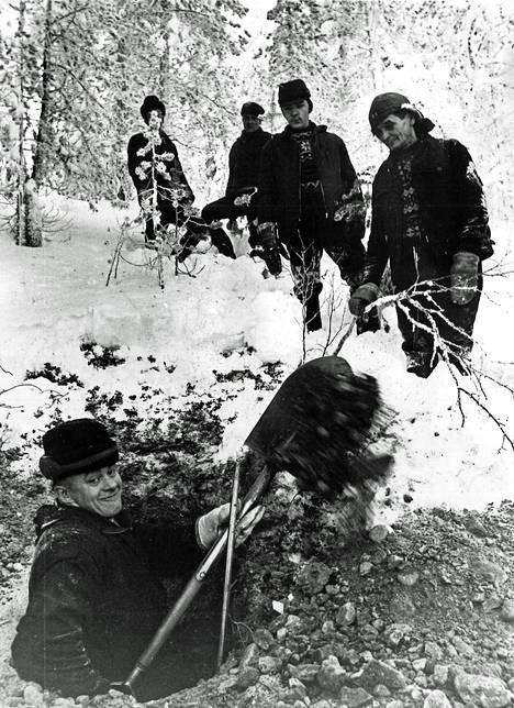 1960-luvun lopulta olevassa kuvassa työllisyystyömiehet ovat tienrakennuspuuhissa Suomussalmella.