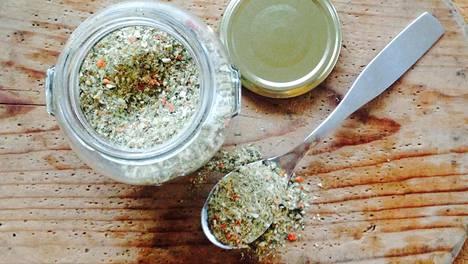 Upean makuinen kasvisliemijauhe on todella helppo valmistaa. Surautus tehosekoittimessa ja se on valmista.