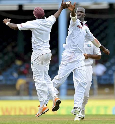 Länsi-Intian krikettijoukkueen Darren Sammy (oik.) ja Fidel Edwards juhlivat Australiaa vastaan käydyn ottelun viimeisenä päivänä. Korkeimman tason krikettiottelut voivat kestää jopa viisi päivää. Krikettiä on sanottu maailman toiseksi suosituimmaksi urheilulajiksi jalkapallon jälkeen.