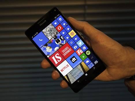 Lumia 950 XL. Huomaa näytön oikeassa alakulmassa oleva toimimaton Here Drive -kuvake, joka on siirtynyt perintönä Windows Phone 8.1 -profiilina.