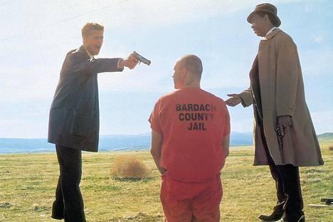 Elokuvassa Seitsemän Kevin Spacey (kesk.) esittää John Doeta. Elokuvan päärooleissa nähdään Brad Pitt (vas.) ja Morgan Freeman (oik.).