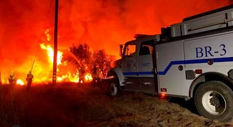 Useat yksiköt tekevät kaikkensa sammuttaakseen tulipalon.