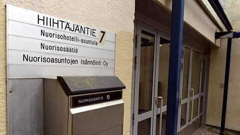 Nuorisohotelli-asuntolan sisäänkäynti ja Nuorisosäätiön toimitilojen kyltti Herttoniemessä Helsingissä 15. heinäkuuta 2014.