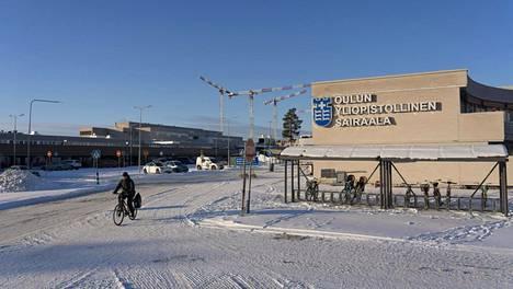 Oulun yliopistosairaala sulkee leikkaussaleja työvoimapulan sekä henkilökunnan uupumuksen ja stressin takia.