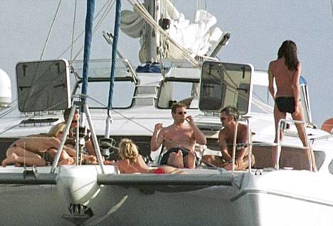 Prinssi Andrew kuvattuna juhlimassa jahdilla Thaimaassa vuonna 2001.