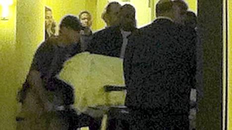 Whitney Houstonin ruumista tuodaan ulos hotellista.