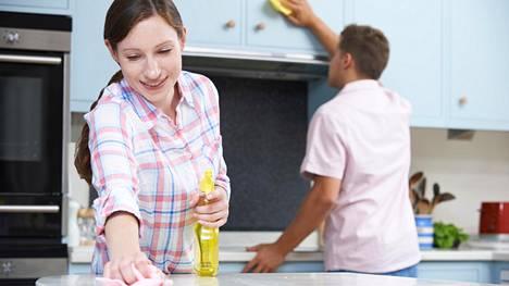 Siivoamisesta pääsee helpommalla, mikäli työn jakaa muiden kesken.